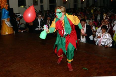 Een nar gaat een ballon te lijf met een plantenspuit. Foto Chris van Klinken/ het fotoburo